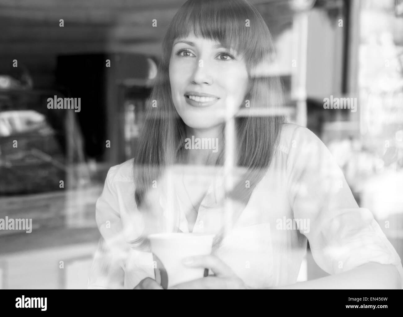 kaukasische m dchen im kaffeehaus am sommermorgen h bsches m dchen mit tasse kaffee hinter glas. Black Bedroom Furniture Sets. Home Design Ideas