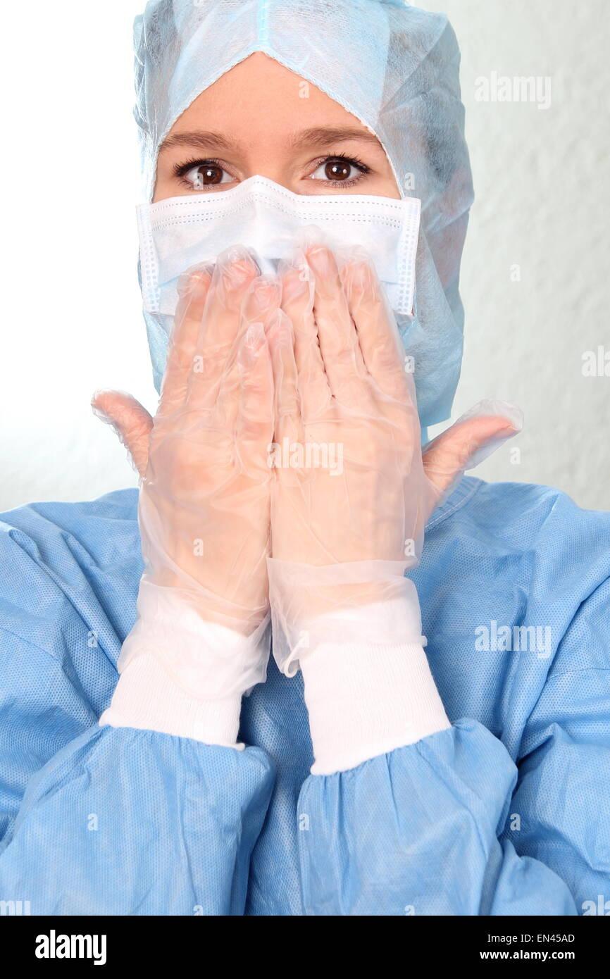 Eine Angst Ärztin mit den Händen auf Mund OP Stockbild