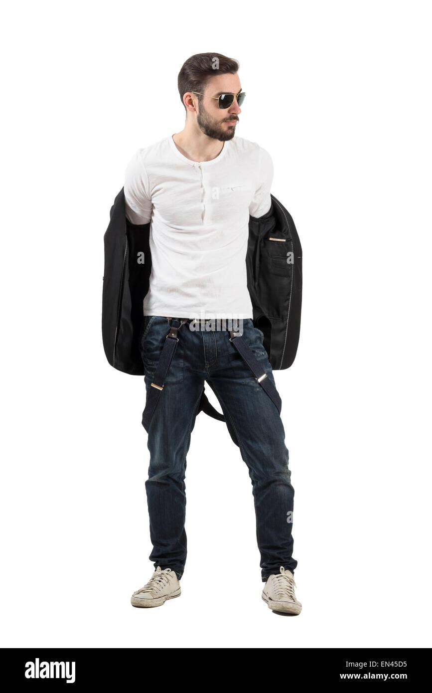 Hübscher junger Mann, Jacke ausziehen. Ganzkörper Länge