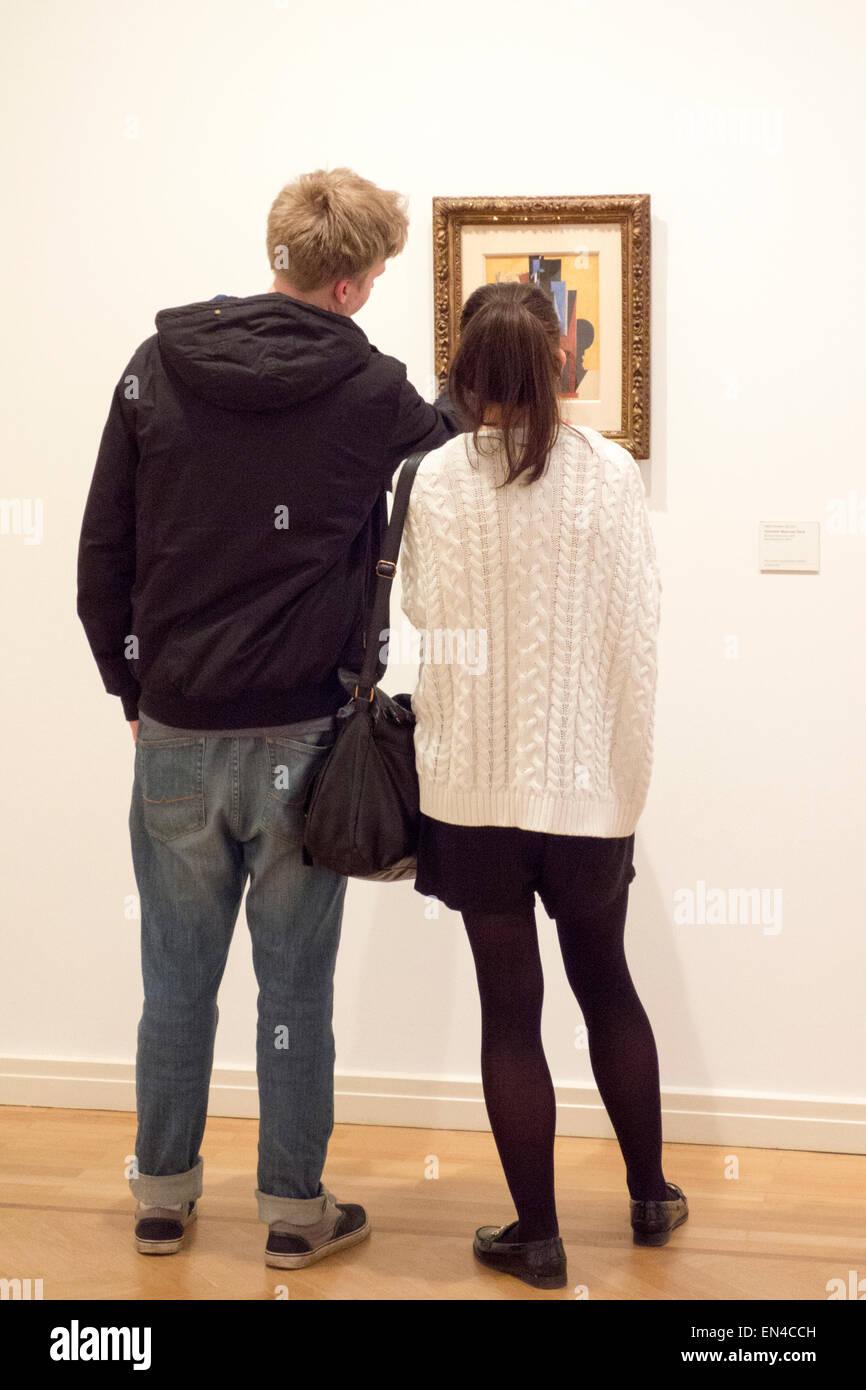 Zwei Jugendliche in einer Kunstgalerie, die Diskussion über ein Gemälde Stockbild