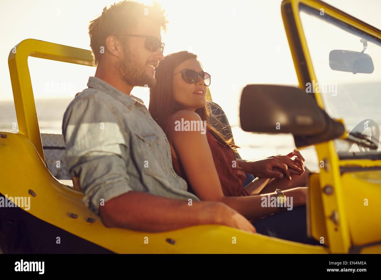 Porträt von schöne junge Paar zusammen in einem Auto sitzen. Romantische Pärchen genießen die Stockbild