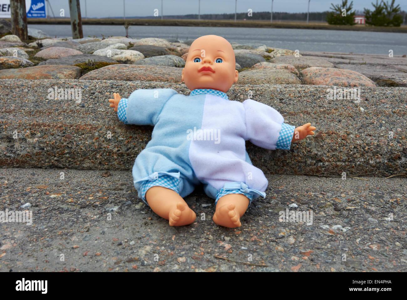 verlorene Puppe im Freien, Finnland Stockbild