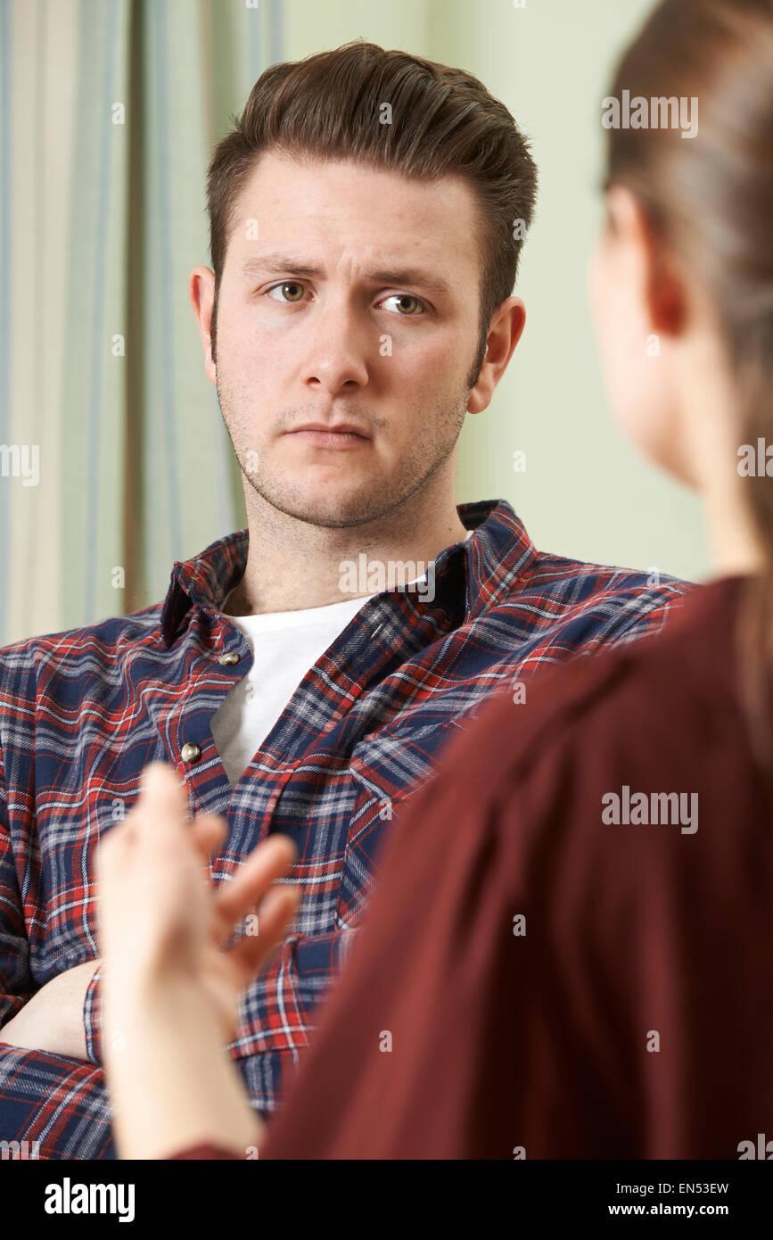 Deprimiert junger Mann im Gespräch mit Berater Stockbild