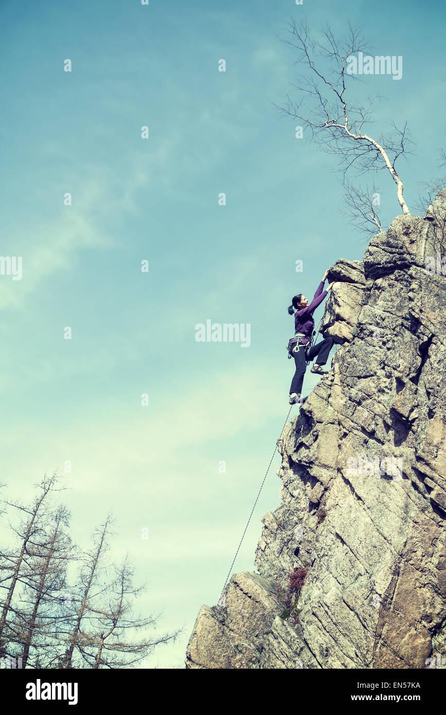 Retro-gefilterte Foto von weiblichen Felskletterer, alte körnig Filmeffekt. Stockfoto