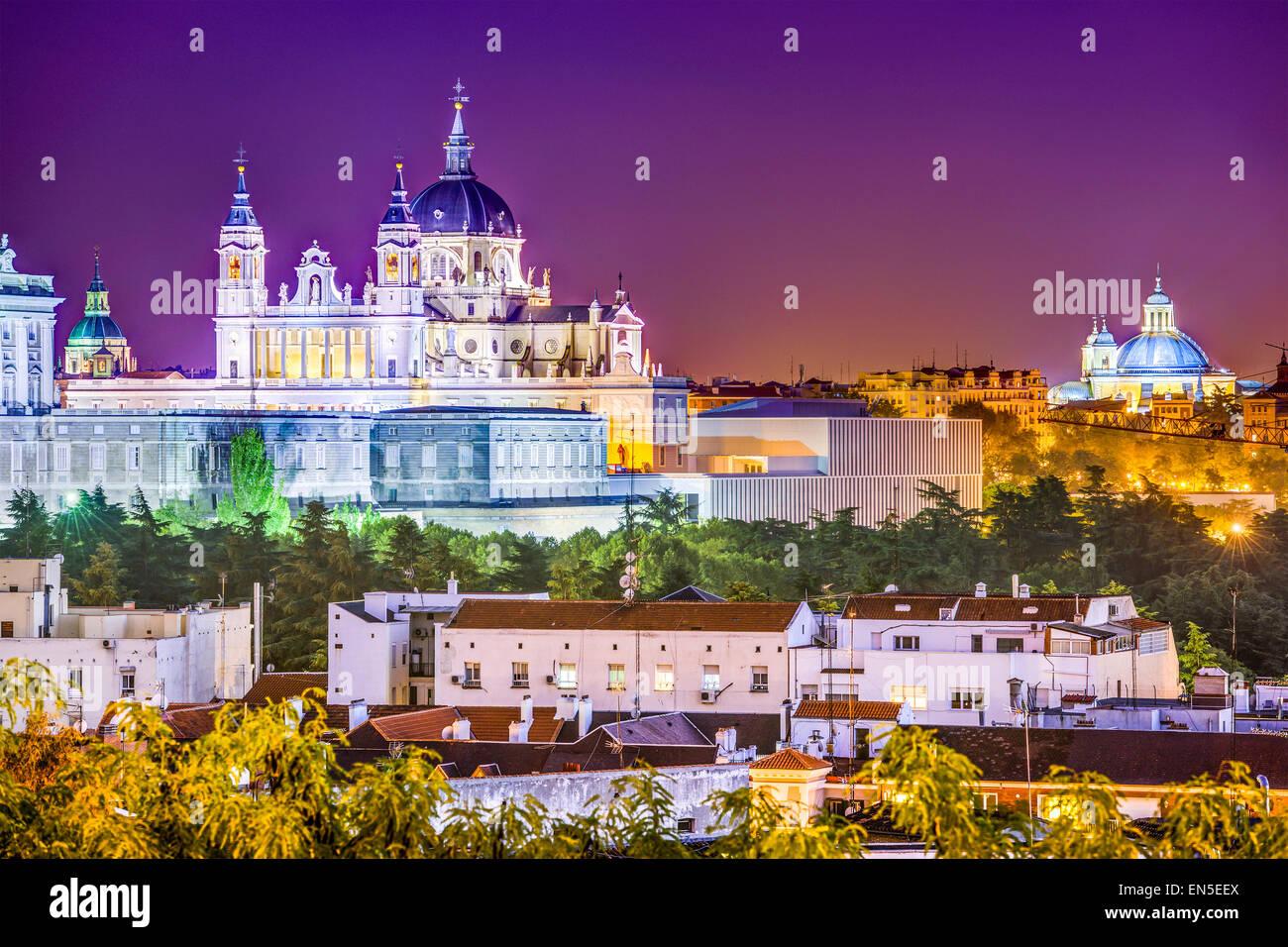Madrid, Spanien-Skyline bei Santa Maria la Real De La Almudena-Kathedrale und dem Königspalast. Stockbild