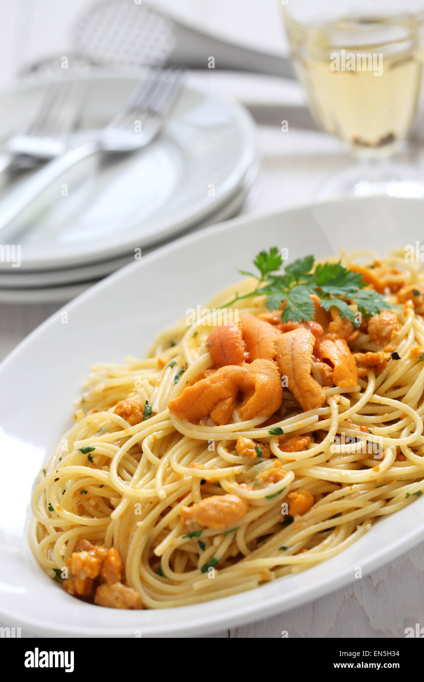 Nudeln mit Seeigel Rogen, italienische Küche Stockbild