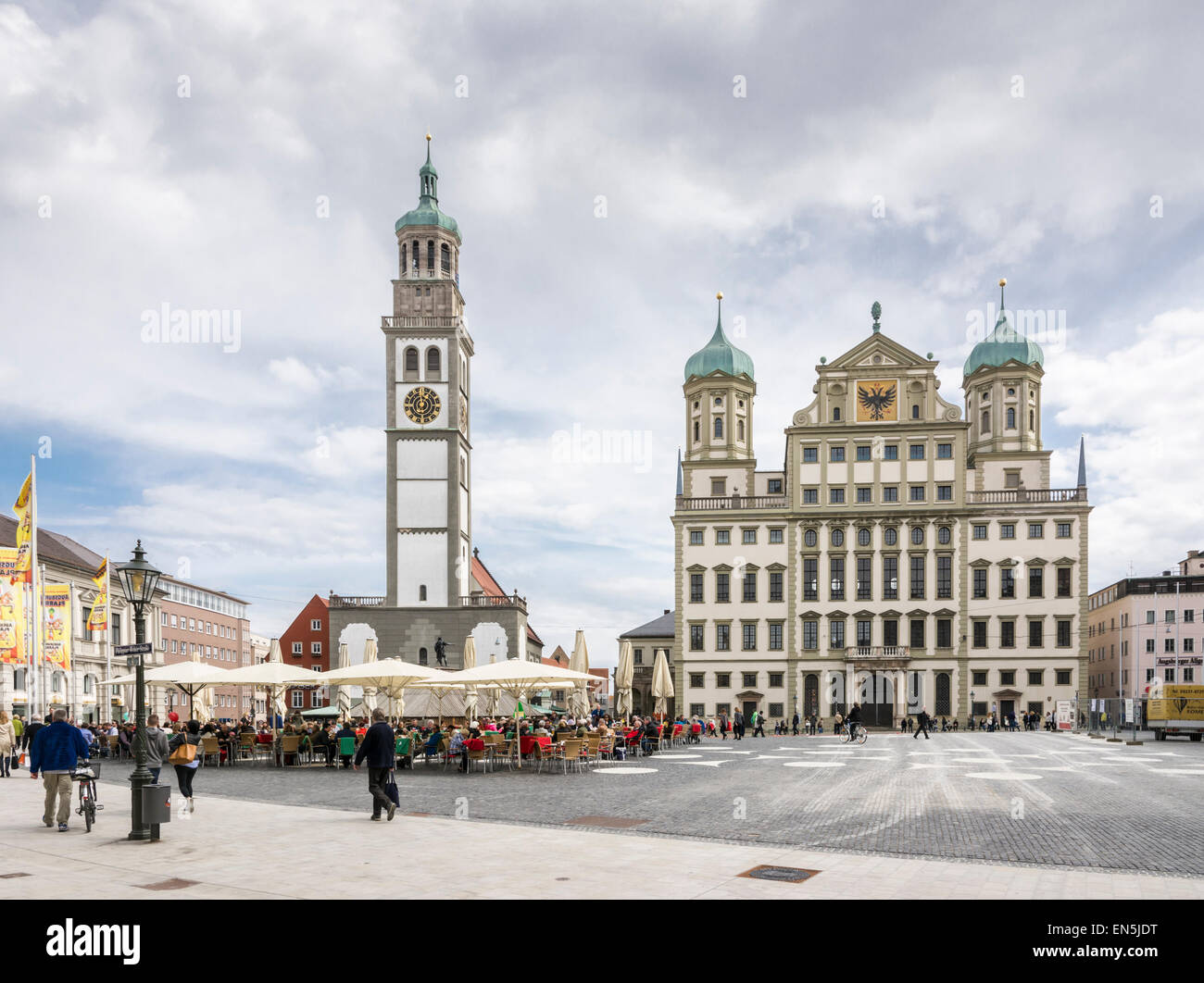 AUGSBURG, Deutschland - APRIL 11: Touristen am Rathausplatz in Augsburg, Deutschland am 11. April 2015. Stockbild
