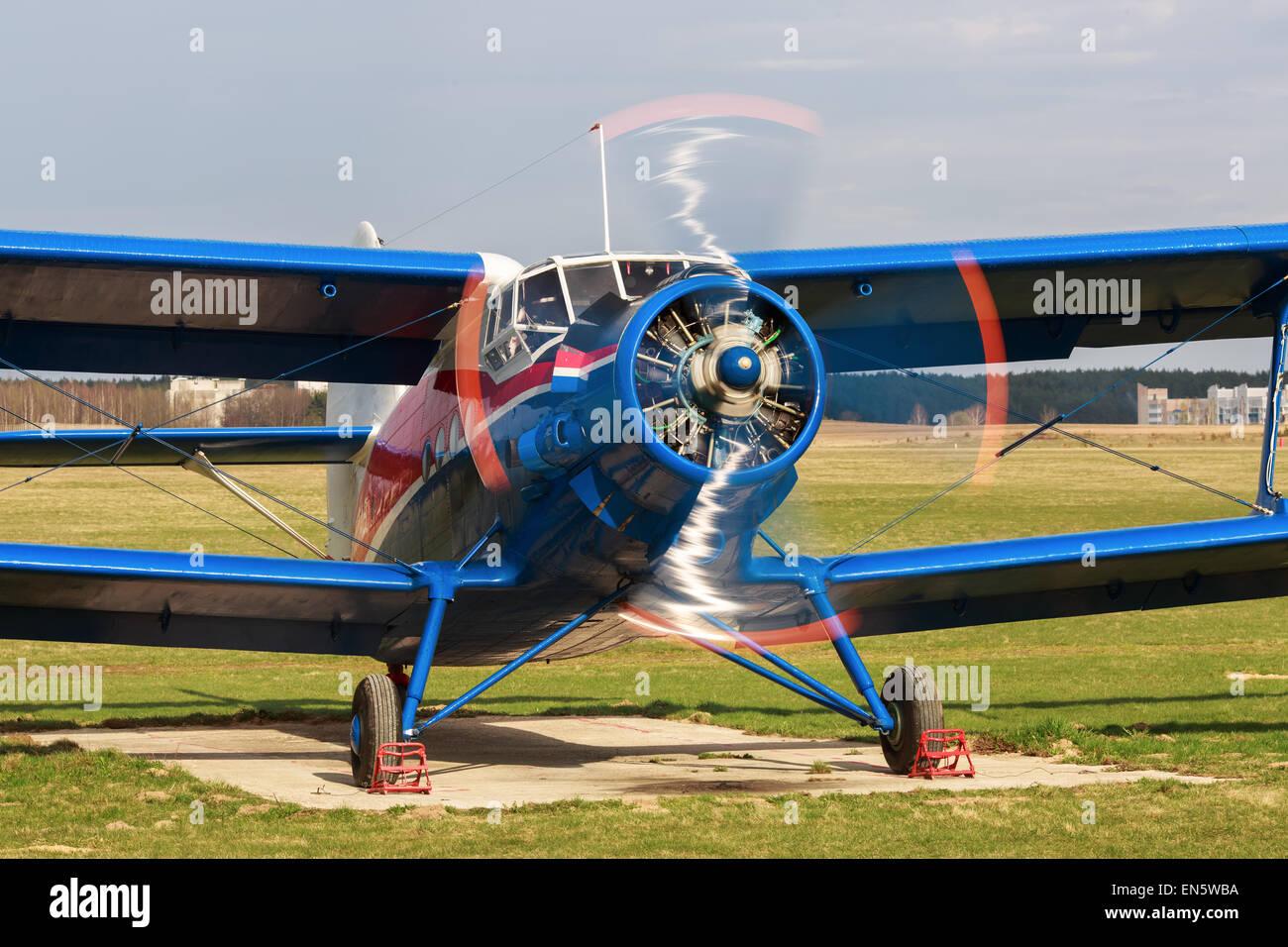 Altes hell blaues Flugzeug mit einer rotierenden Propeller Nahaufnahme. Ansicht von vorne. Klaren sonnigen Tag. Stockbild