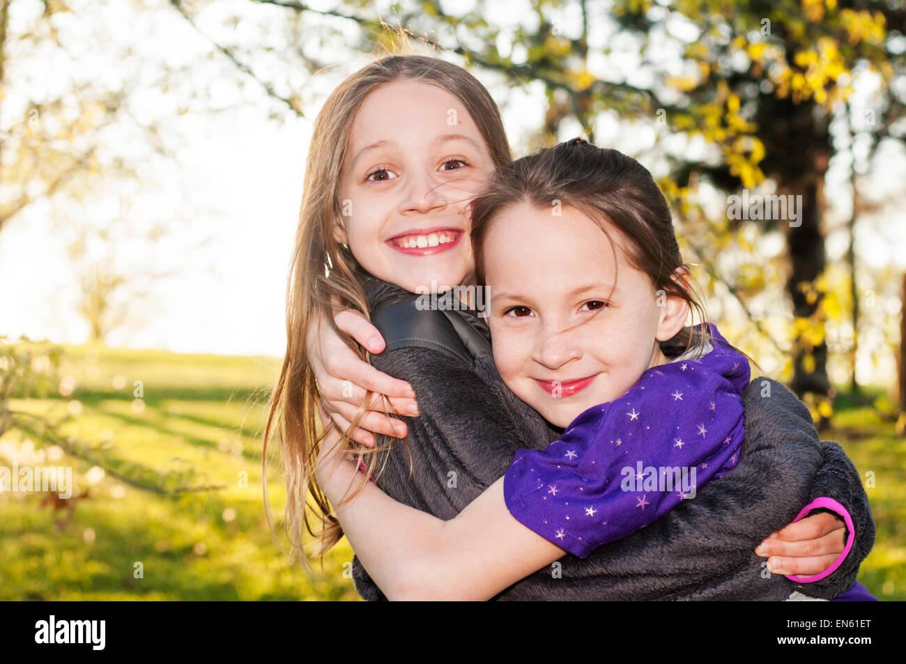 Schwestern Lächeln Umarmung Stockbild