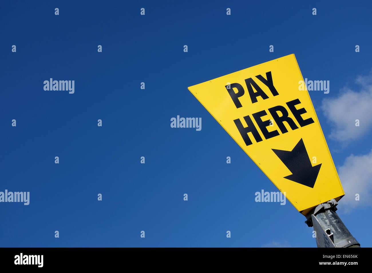 Gelbe Zahlen hier Zeichen vor einem blauen Himmelshintergrund mit Textfreiraum Stockbild