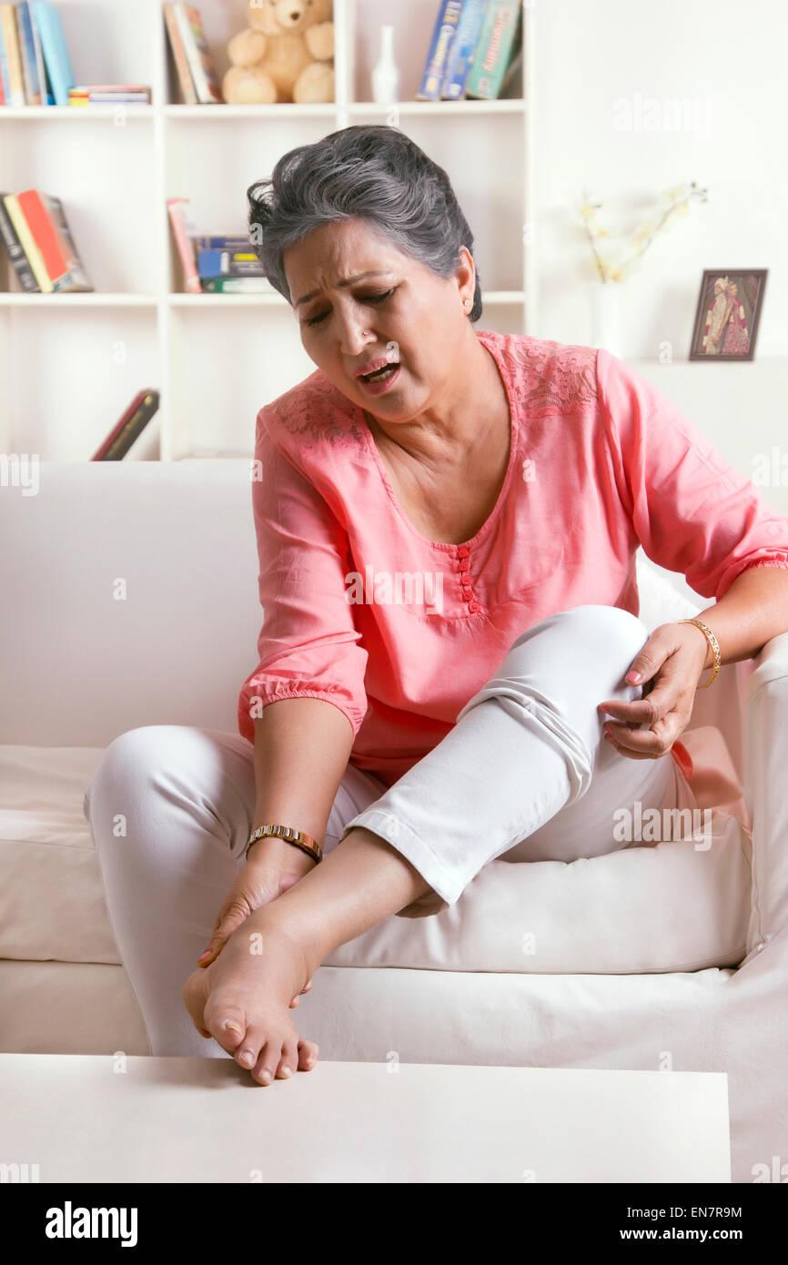 Alte Frau mit Schmerzen im Fuß Stockfoto