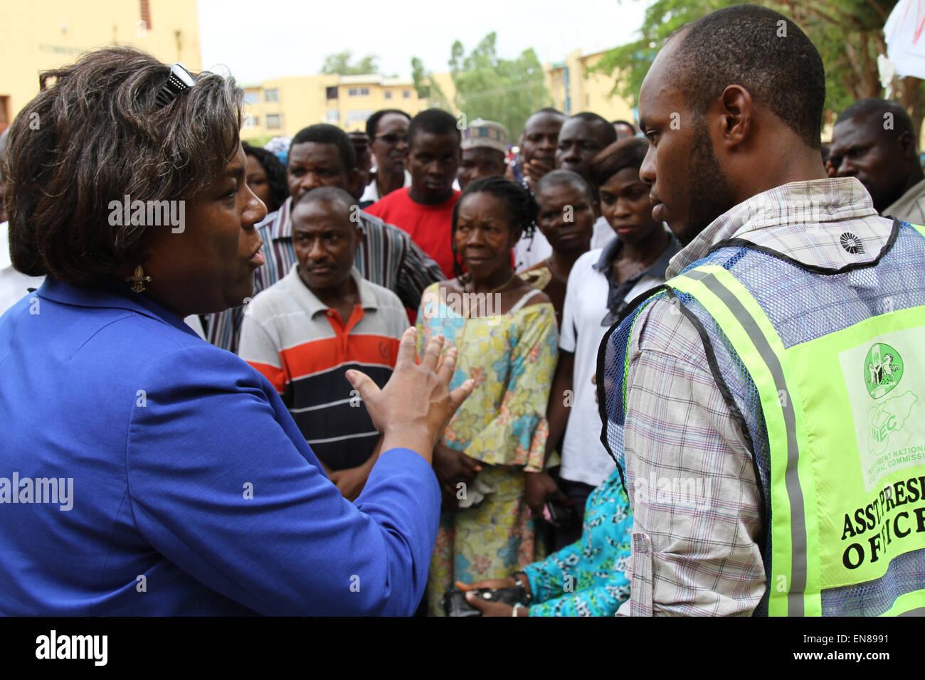 Assistant Secretary Of State für afrikanische Angelegenheiten Linda Thomas-Greenfield spricht mit einem Beamten Stockbild