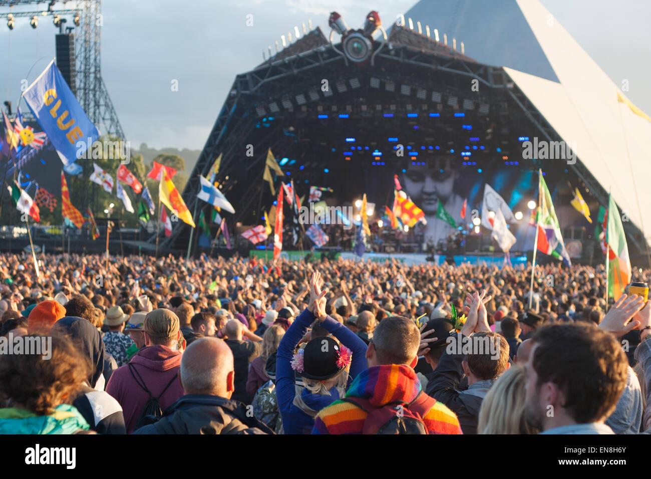 GLASTONBURY, UK - 28 Juni: Festival Besucher genießen Ellenbogen beim Glastonbury Festival am 28. Juni 2014 bei Stockfoto