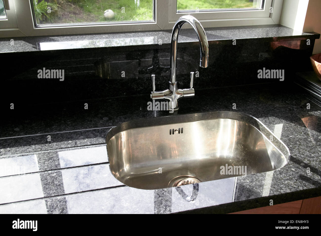 Spüle mit Granit-Arbeitsplatten in eine brandneue Küche Stockfoto ...
