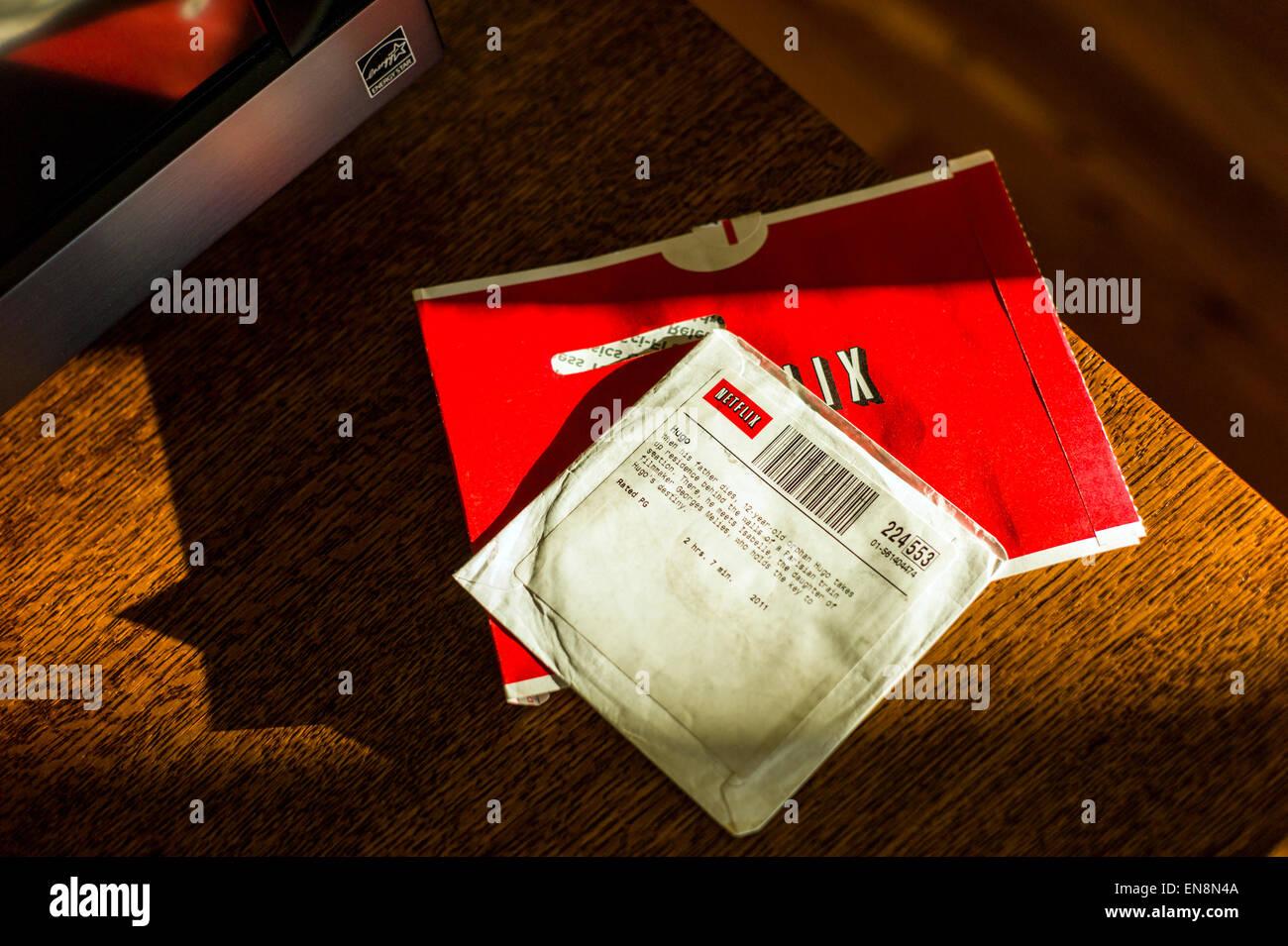 Späten Nachmittag Sonnenlicht Ströme über einen Netflix Film DVD Stockbild