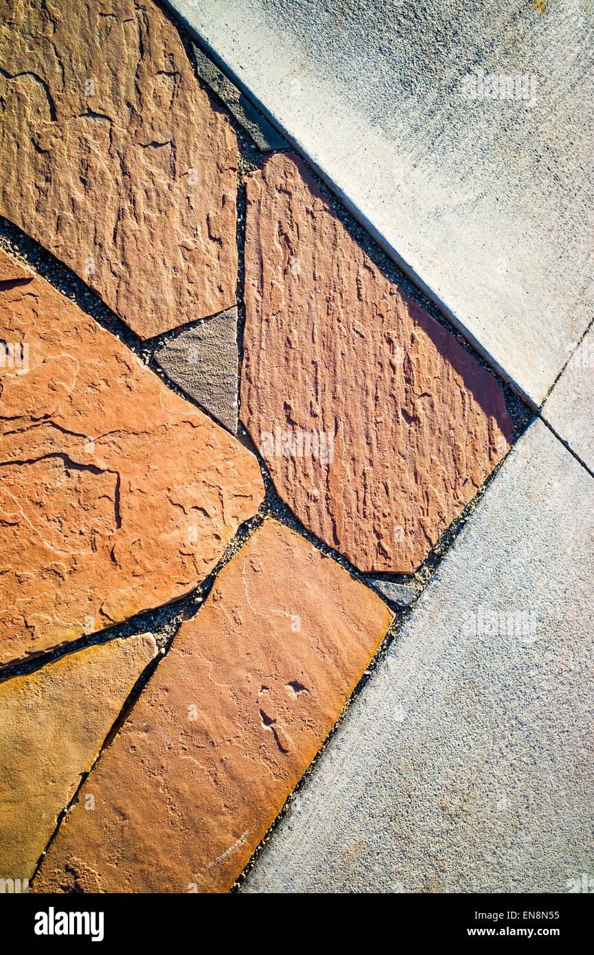 steinplatten terrasse und beton grenze im garten des craftsman-stil