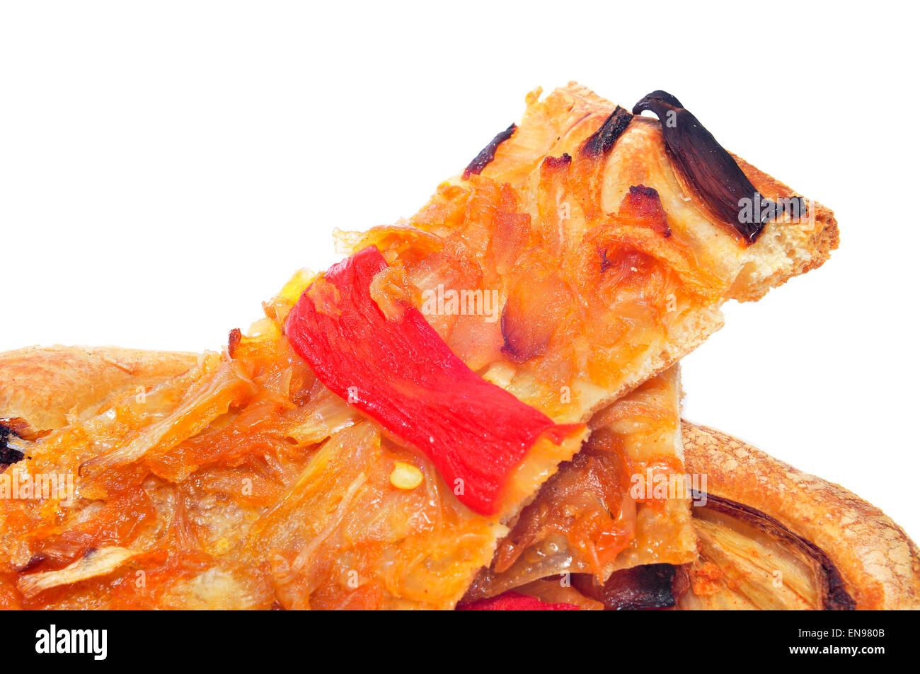 einige Scheiben Coca de Recapte, ein typisch katalanischen herzhaften Kuchen ähnlich wie Pizza, auf weißem Stockbild