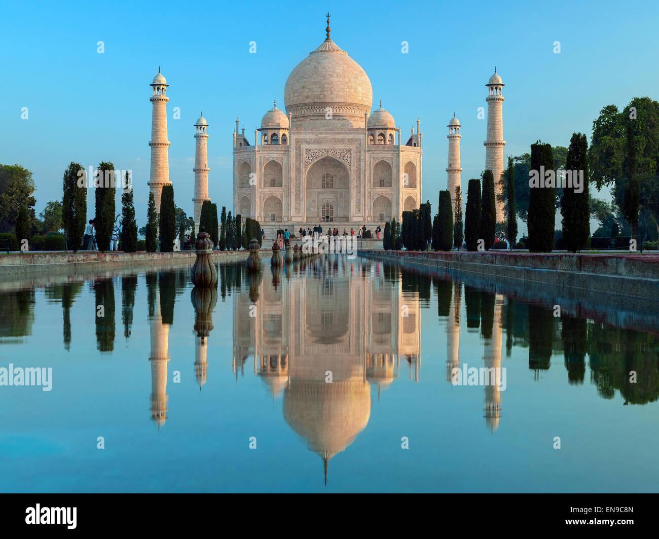 Das Taj Mahal im Morgengrauen - Mausoleum in Agra in Nordindien Stockbild