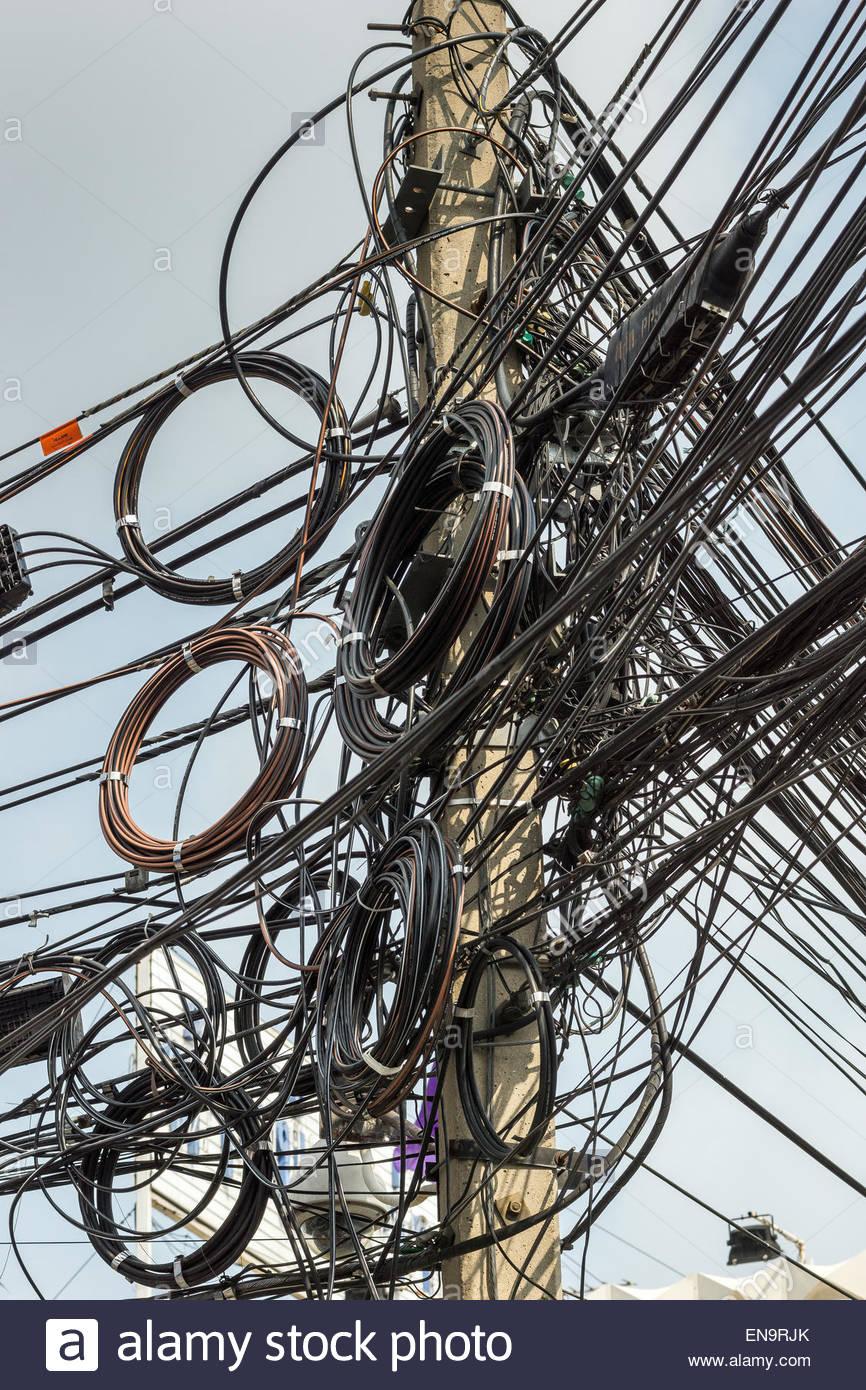 Chaotische elektrische Verdrahtung in Bangkok - Thailand Stockfoto ...