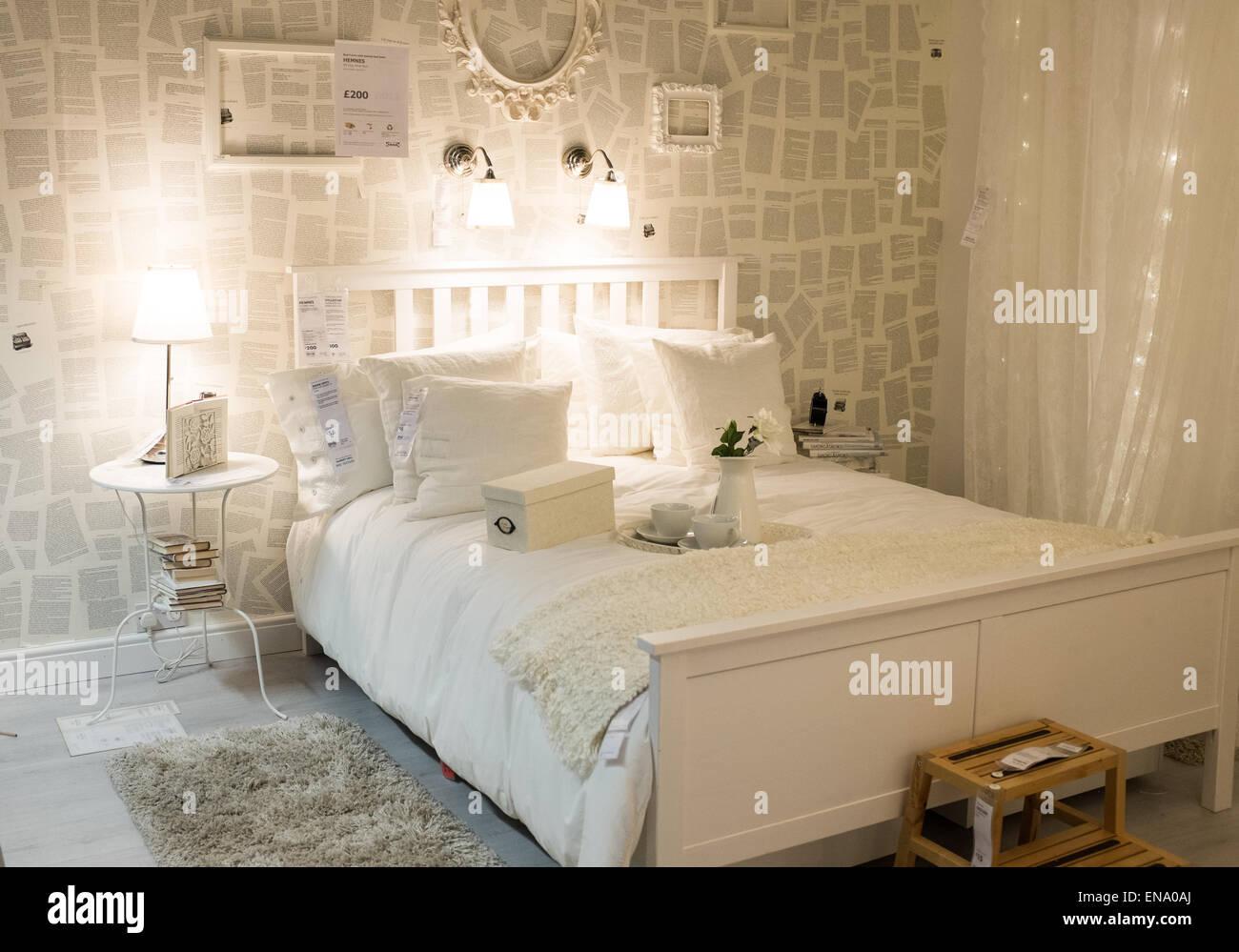 Bett-Anzeige bei Ikea mit Tagesdecke Kissen und Bettdecke Stockfoto ...