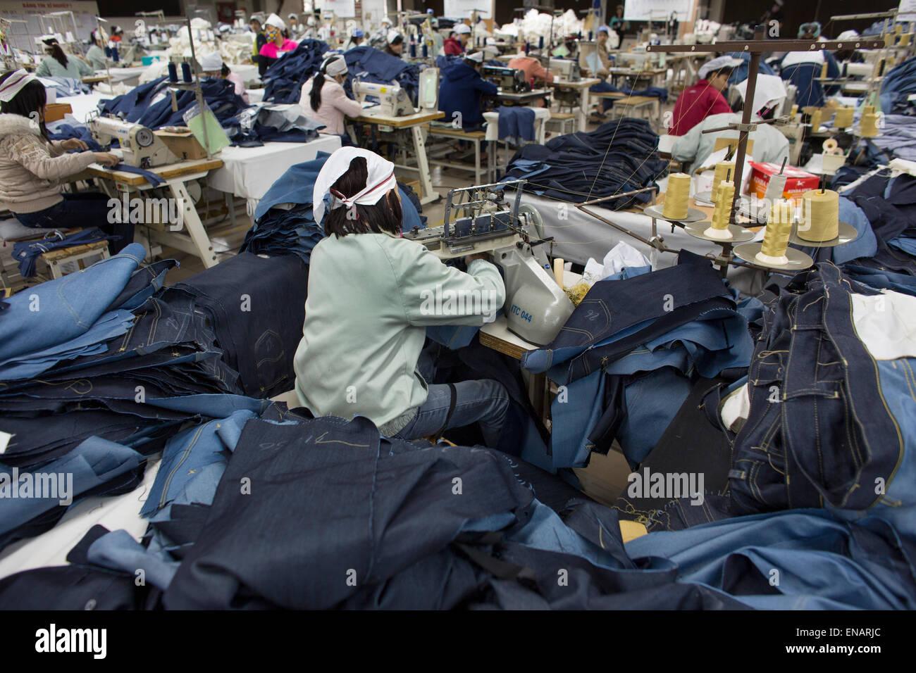 Arbeitsbedingungen in einer Kleiderfabrik in Vietnam