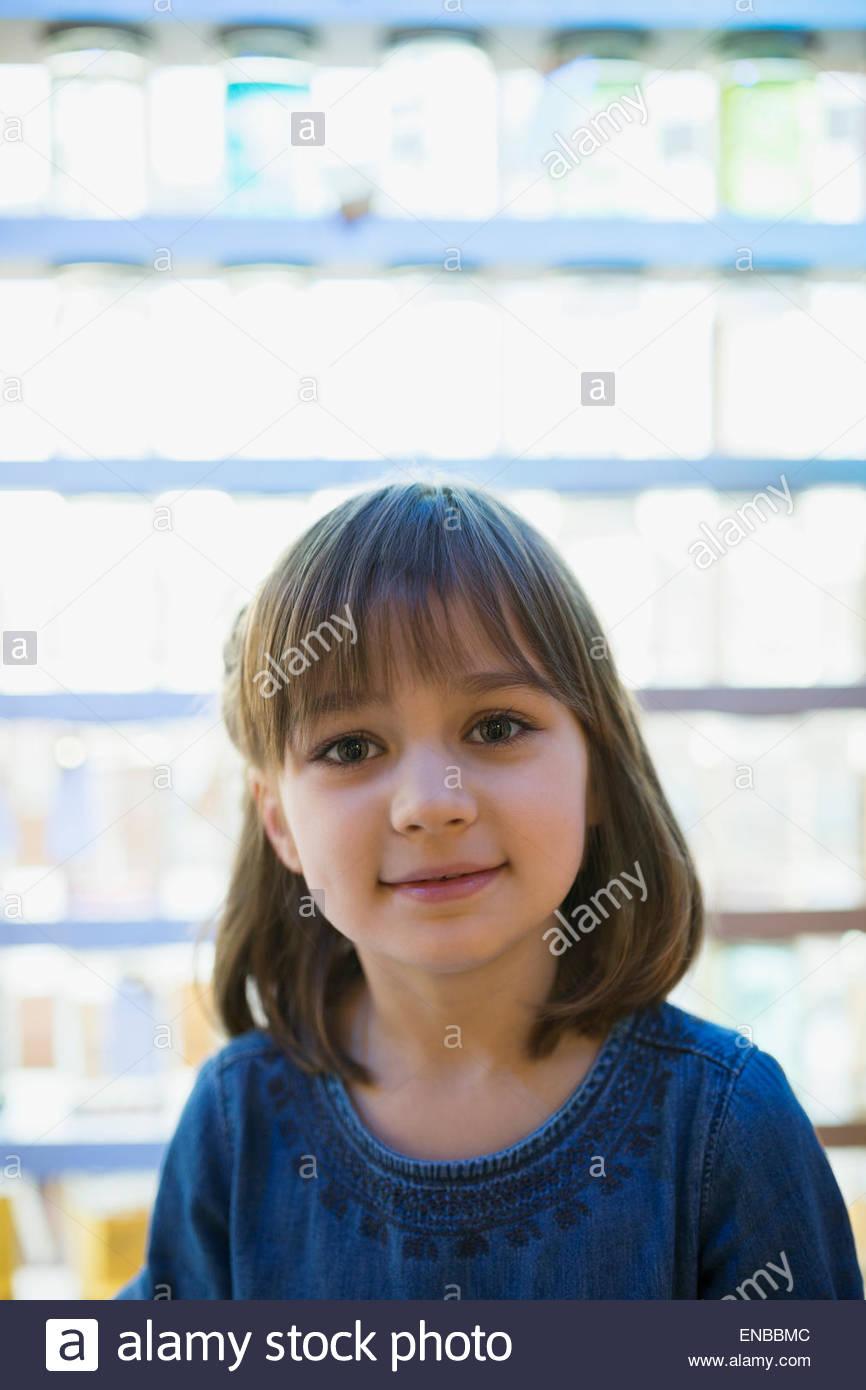Lächelndes Mädchen Porträt vor hinterleuchteten Gläser Stockbild