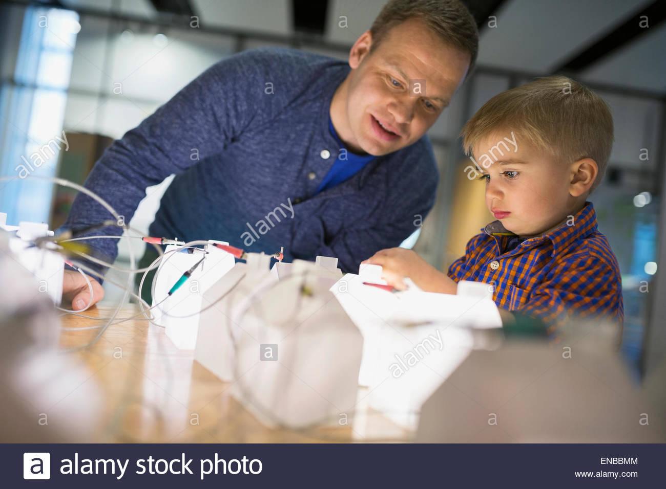 Vater und Sohn spielen Stromnetz Wissenschaftszentrum Stockbild