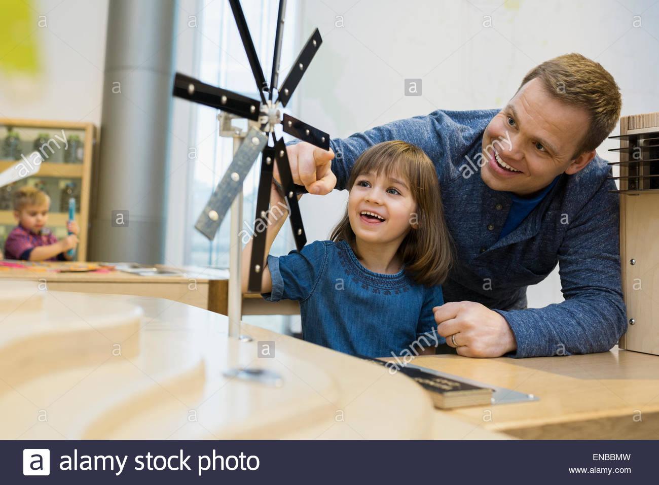 Vater Tochter spielen Metal Wind Turbine Wissenschaftszentrum Stockbild