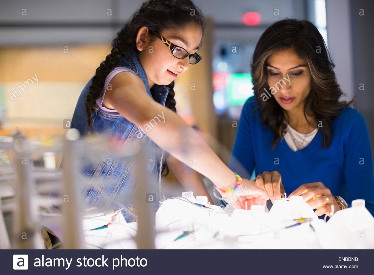 Mutter Tochter spielen Strom Ausstellung im Science center Stockbild