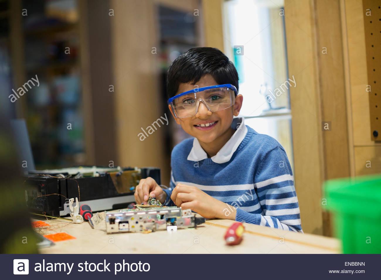 Porträt eines lächelnden jungen Montage Elektronik Wissenschaftszentrum Stockbild