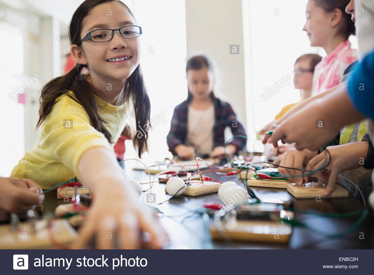 Studenten, die Montage der Schaltung Elektronik am Tisch Stockbild