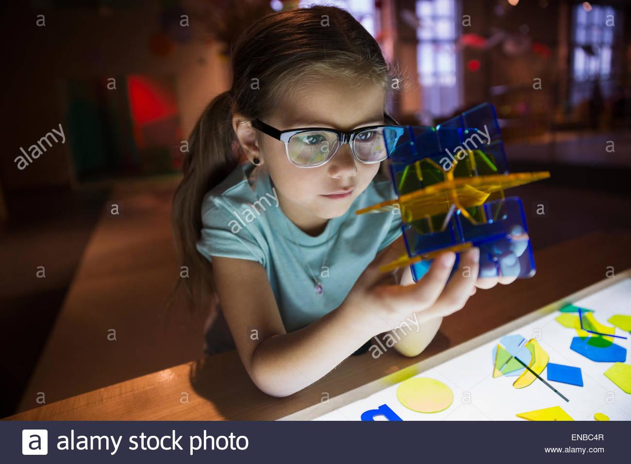 Neugierige Mädchen halten geometrischen Form im Science center Stockbild