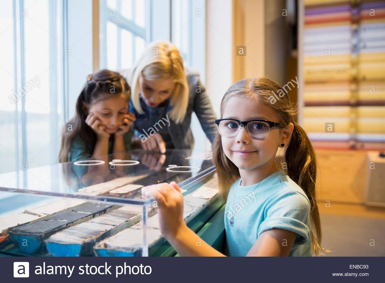 Familie Blick auf Geologie Display im Science center Stockbild