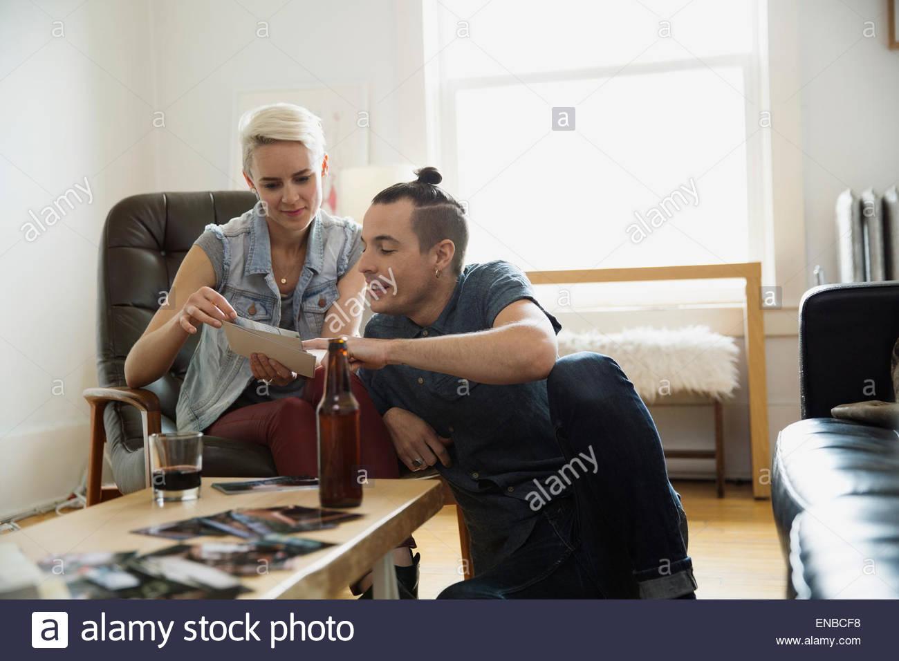 Paar Fotos im Wohnzimmer anschauen Stockbild