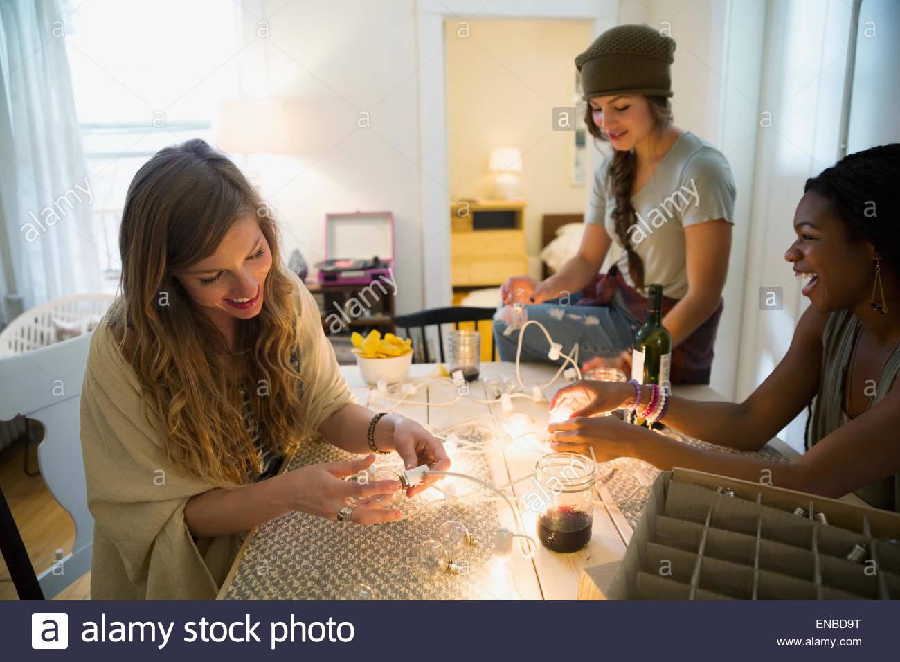 Freunde, die Vorbereitung von Lichterketten Stockbild
