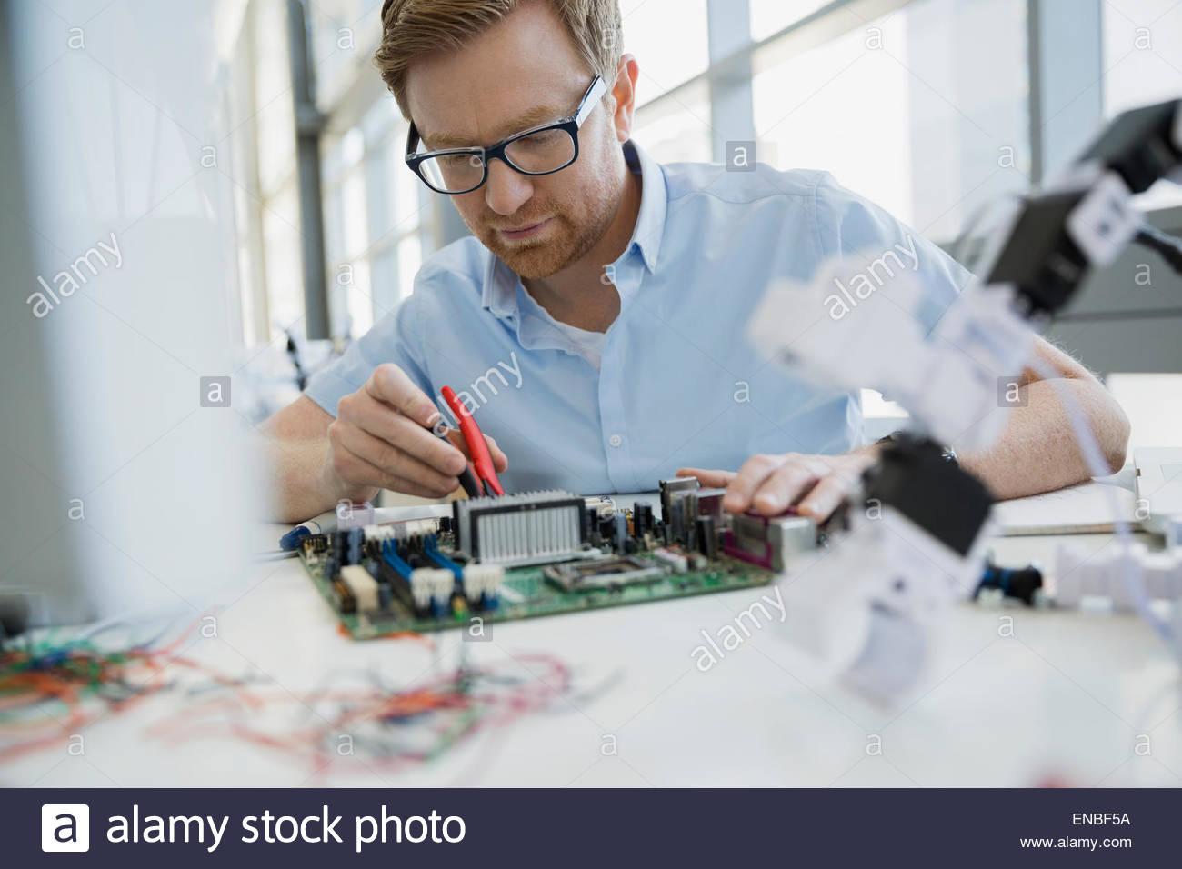 Ernst Ingenieur Montage der Platine in der Nähe von Robotik Stockbild