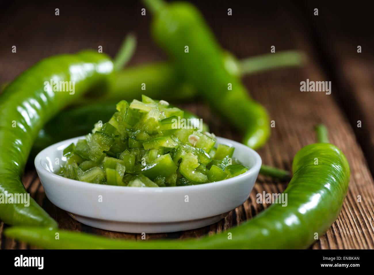 Erhaltene grüne Chilis (in natives Olivenöl) Stockbild