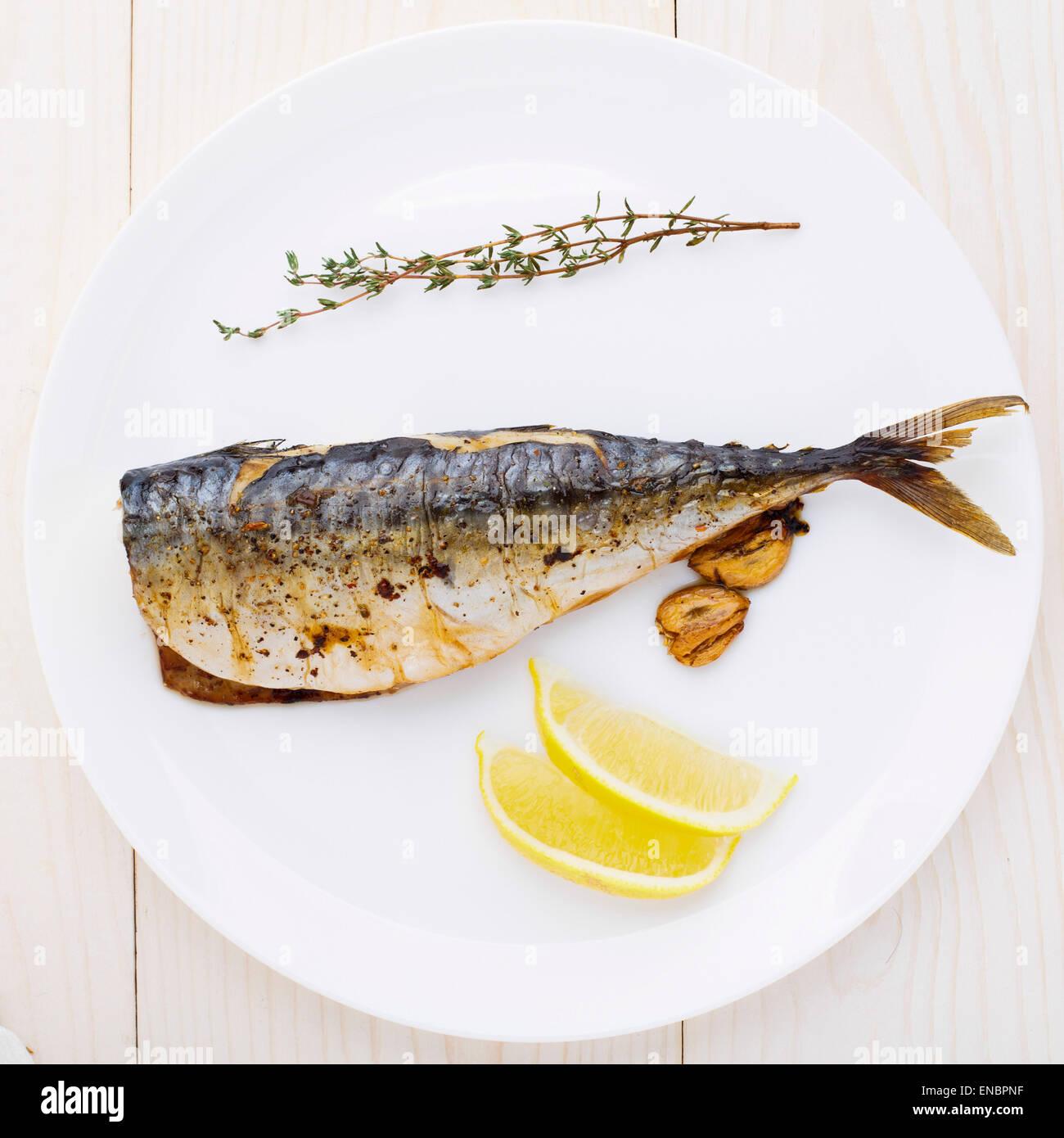 Gebackene Makrele auf einem weißen Teller Delicious Stockbild