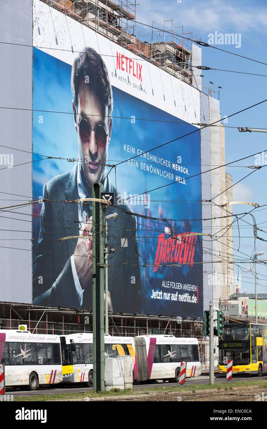 Große Banner auf einer Hausfassade für Internet-TV, Fernsehen, Streaming-Dienst Netflix, Berlin, Deutschland Stockbild