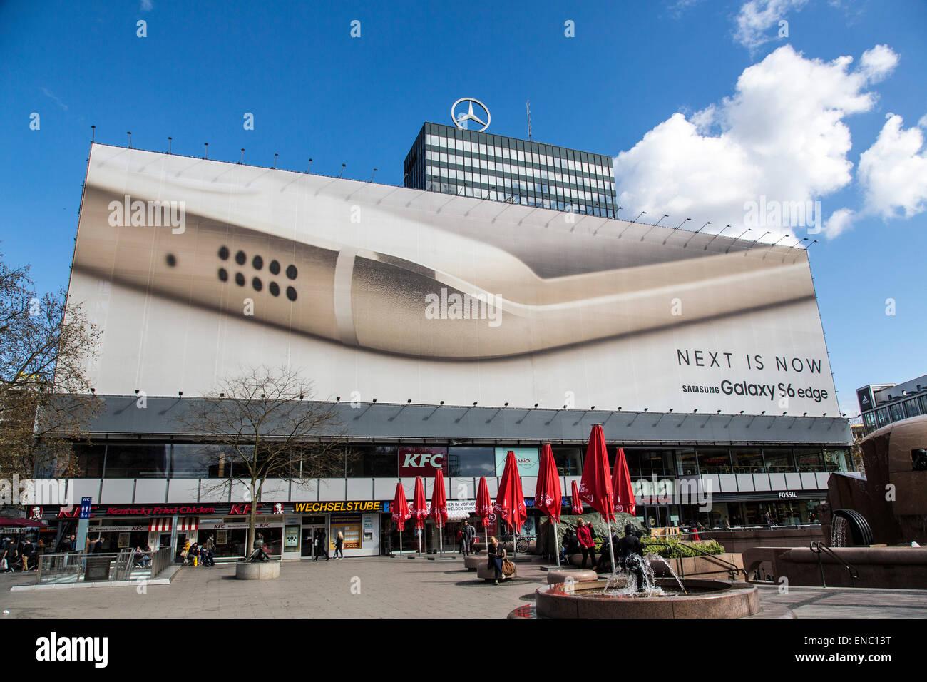 Riesige Gebäudeverkleidungen, Billboard auf einem Gebäude an der Tauentzienstraße, Werbung für Samsung Galaxy Handy, Stockfoto