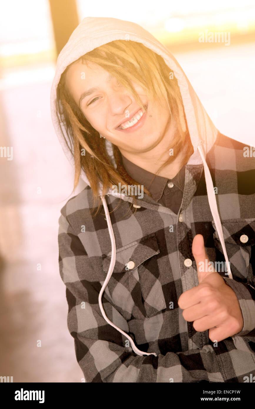 Lifestyle-Porträt eines jungen Mannes mit Rasta Haare warmen Tönen Filter angewendet Stockbild