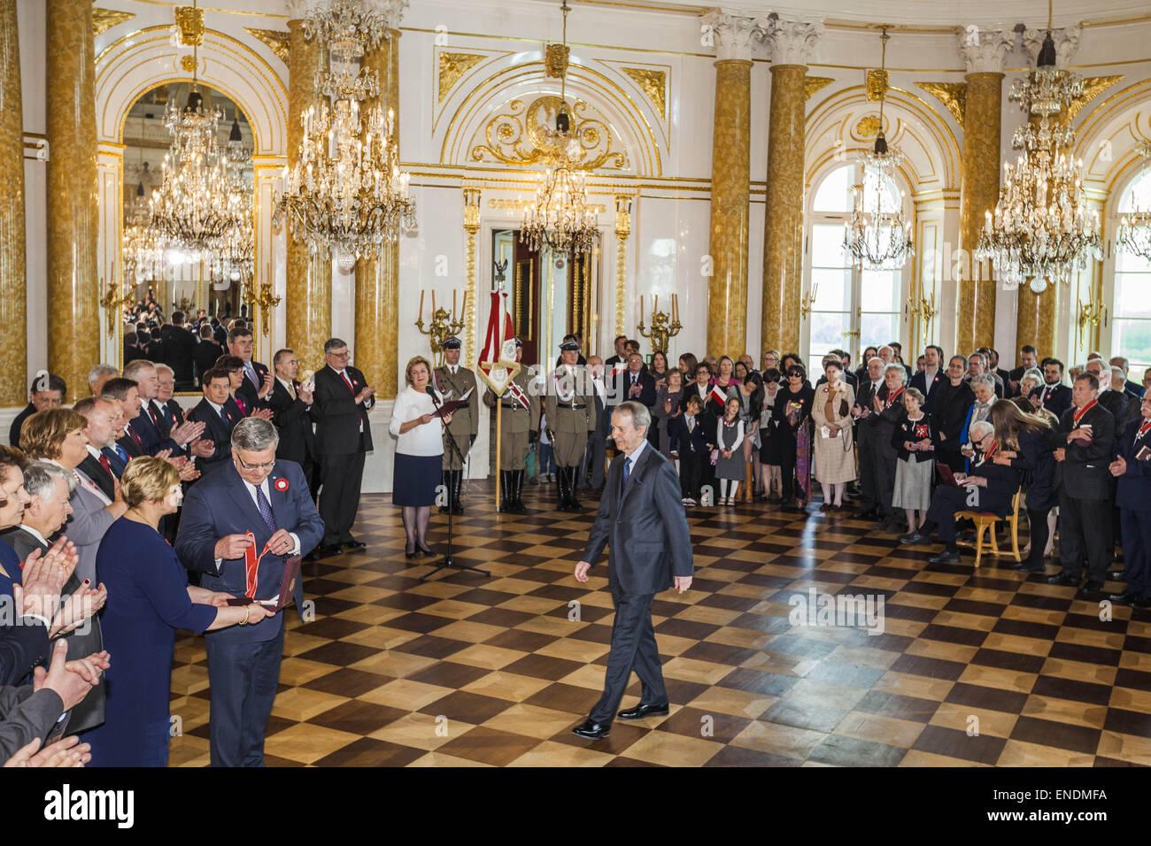 Warschau, Masowien, Polen. 3. Mai 2015. Präsident von Polen Bronislaw Komorowski, ehrt mit einer Medaille Persönlichkeiten Stockbild