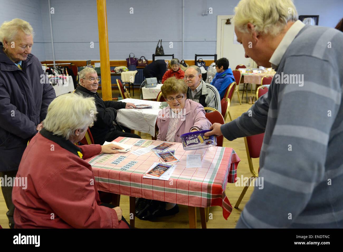 Kaffee am Morgen um Geld zu sammeln für die Welshpool Senioren Silvesterparty im Rathaus statt. Landgemeinde Stockbild
