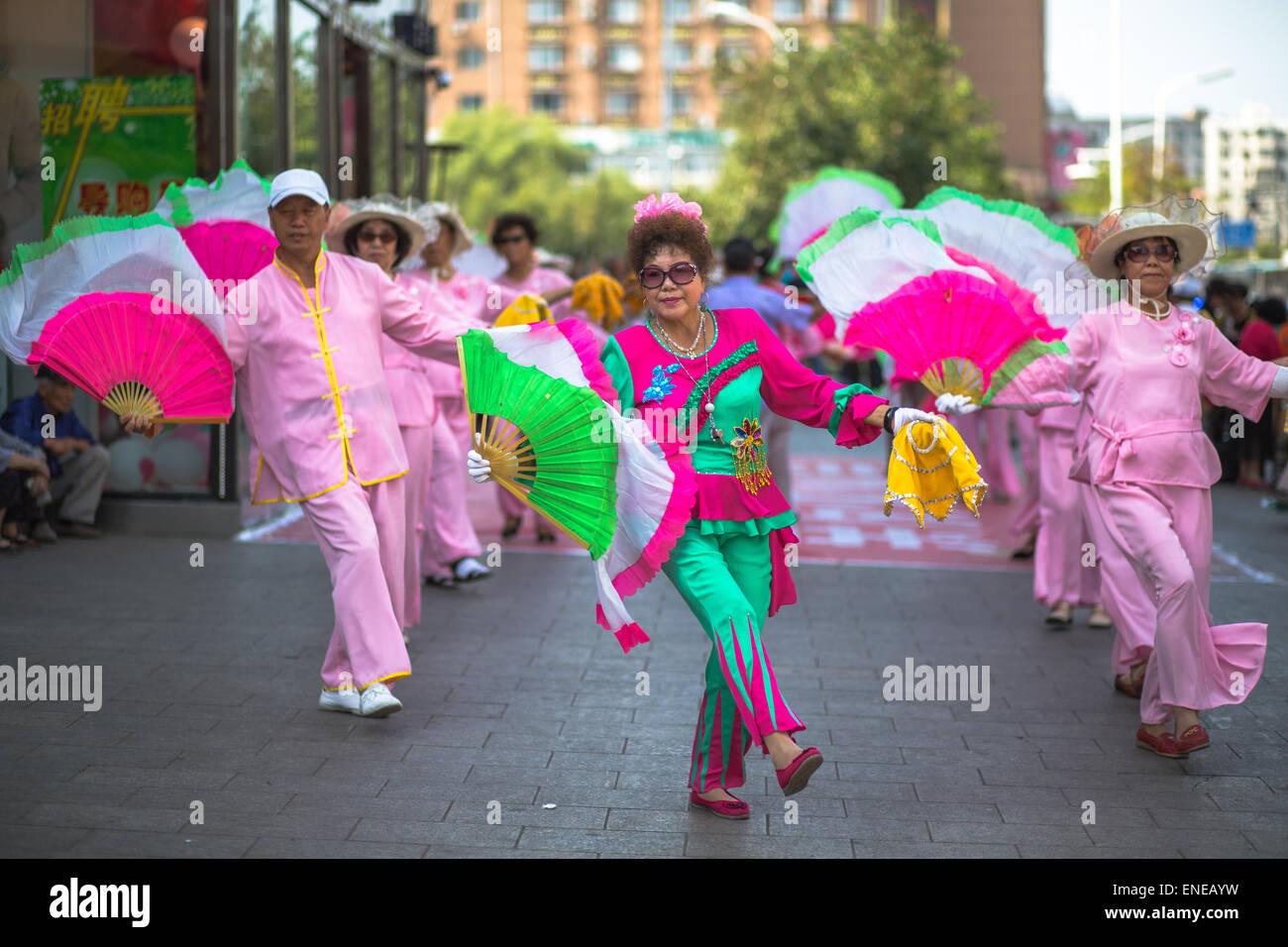 Chinesische Tanten tanzen auf der Straße Stockbild