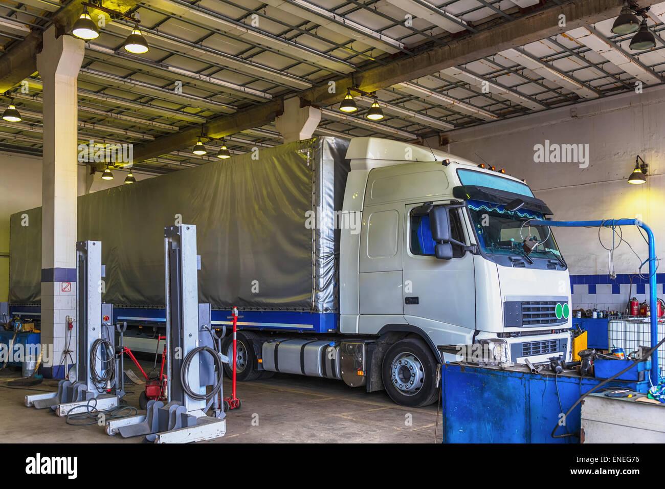 LKW oder LKW Shop Service Garage Interieur Reparatur Stockfoto, Bild ...
