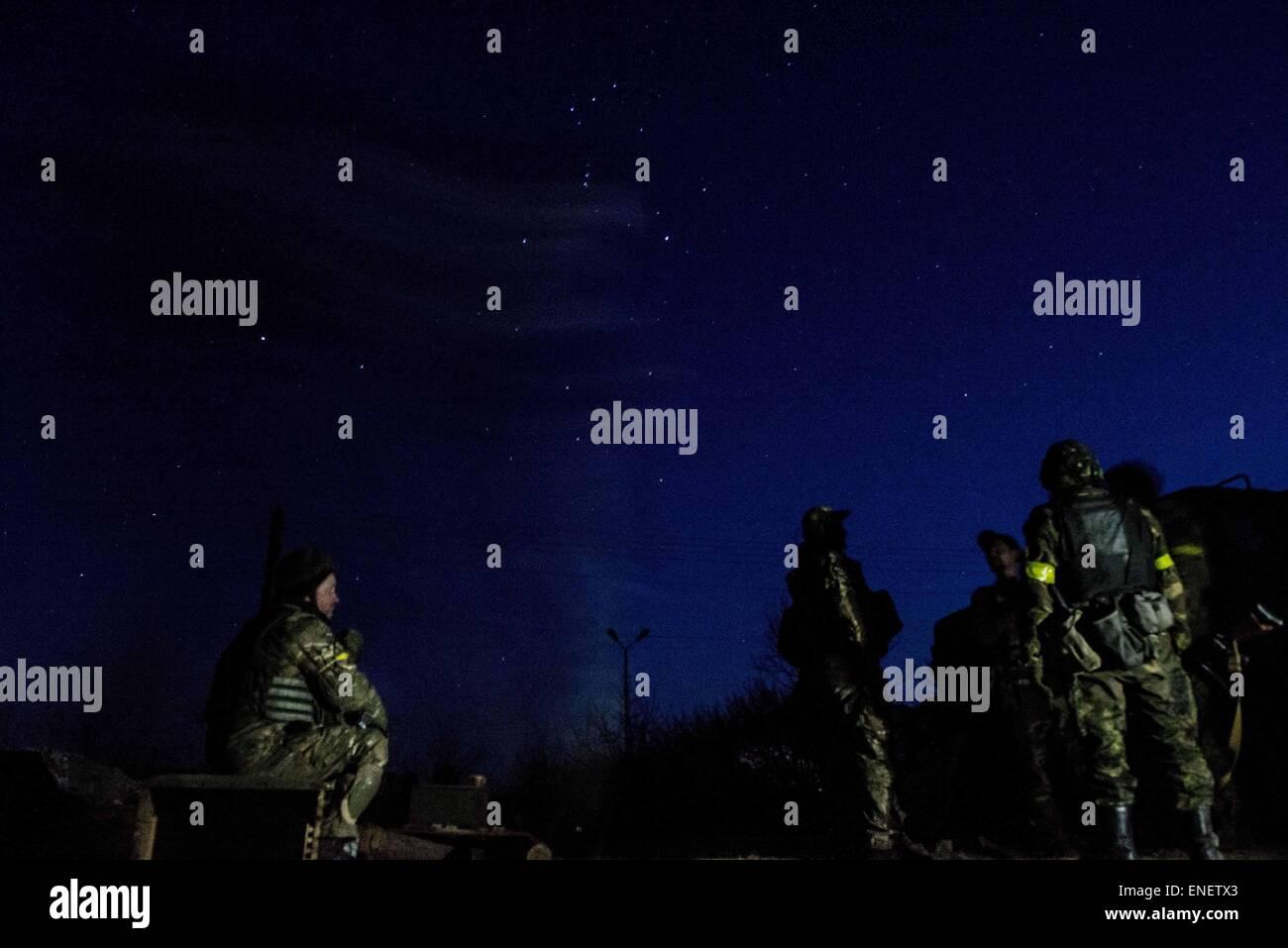 Ukrainische Soldaten in der Nähe der Front in Shyrokine in der Nacht. Stockbild