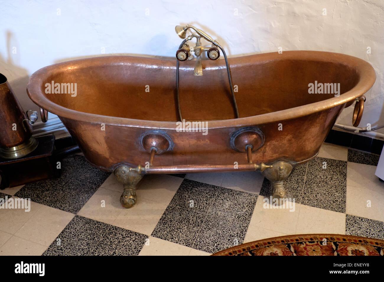 Kupfer Badewanne kupfer-badewanne in französischer schloss altbauwohnung stockfoto