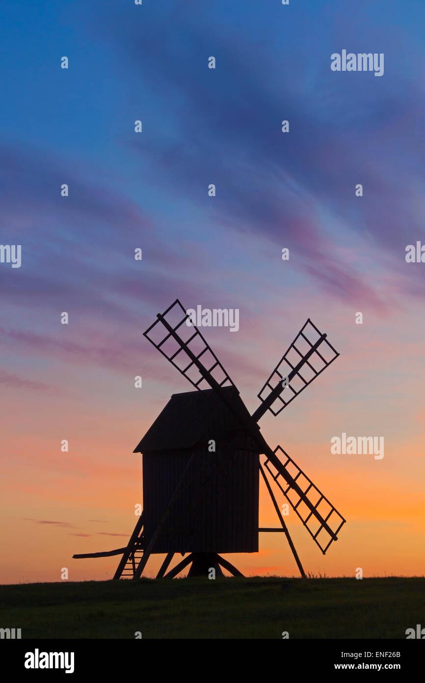 Traditionelle Windmühle am Resmo Silhouette gegen Sonnenuntergang auf der Insel Öland, Schweden Stockbild