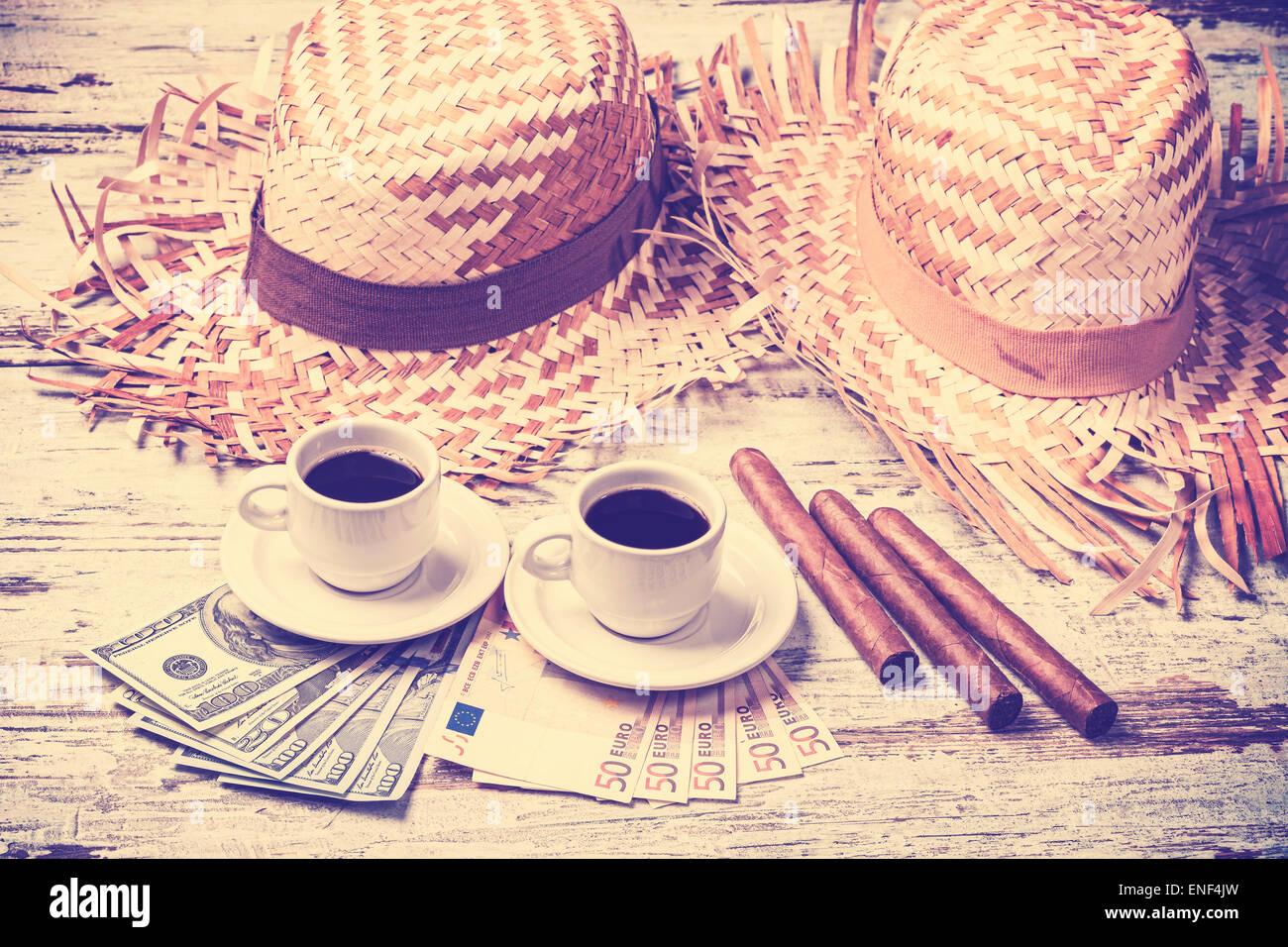 Jahrgang gefiltert, Kaffee, Zigarren, Geld und Hüte. Sommer-Abenteuer-Konzept. Stockbild