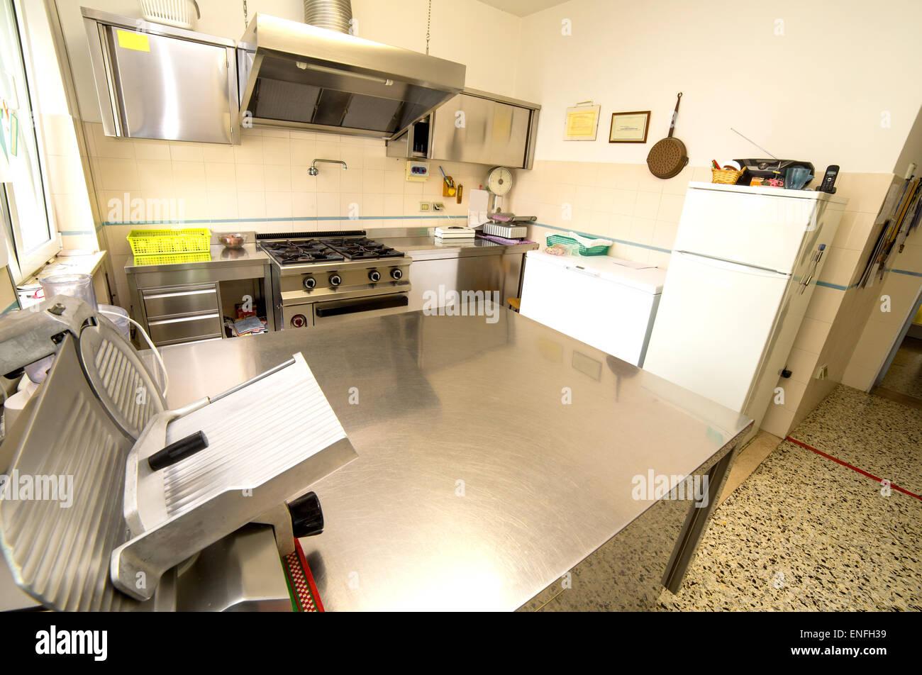 große Edelstahl-Küche mit Gasherd und eine Aufschnittmaschine ...